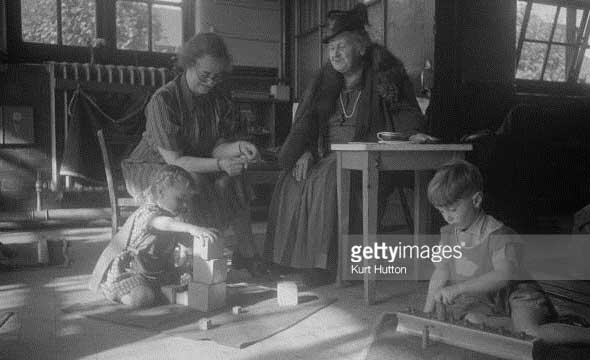Maria Montessori Londra'daki bir Montessori okulunda gözlem yapıyor; 2 Kasım 1946